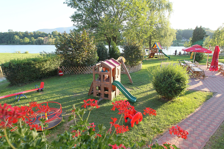 Igrala - Vrt z otroškim igriščem